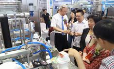 嘉宾现场参观和了解乳品机械设备