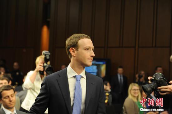 资料图:当地时间4月10日,美国社交媒体平台脸书的首席执行官马克・扎克伯格在美国参议院司法委员会和商业、科技和运输委员会举行的联合听证会上作证,并就脸书数据被滥用等问题道歉。 <a target='_blank' href='http://www.chinanews.com/' _fcksavedurl='http://www.chinanews.com/'>中新社</a>记者 邓敏 摄