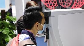 游客进行糖尿病风险无创筛查114.jpg