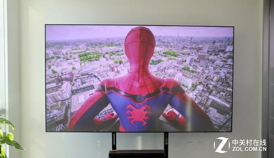 搭载了抗光幕的激光电视可以保证用户在明亮的客厅也能安心观影