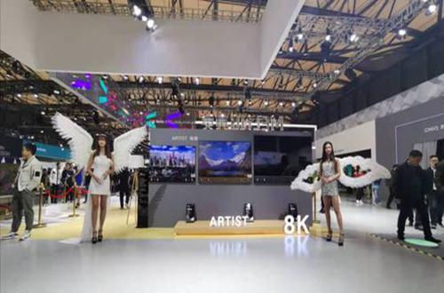 值得关注的是,在本次AWE2019上,长虹还展出了三色4K激光电视C7UT及专用的ESS自发声激光电视屏幕、8K双平面电视ARTIST系列、AI指挥家Q6K/Q6N系列等人工智能电视产品,实力展现了长虹CHiQ电视丰富的人工智能产品线。