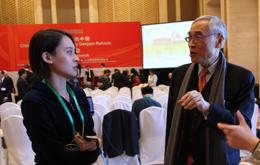 记者采访刘遵义-裴2.jpg