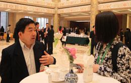 王延中接受记者采访刘2.jpg