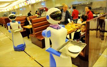 餐厅中的送餐机器人。图片来.jpg