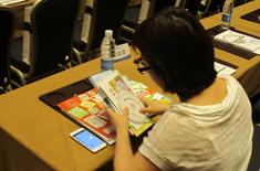 与会者认真阅读会议资料2.jpg