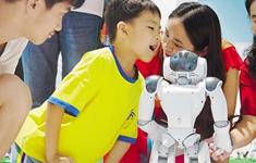 观众与一款服务型机器人互动