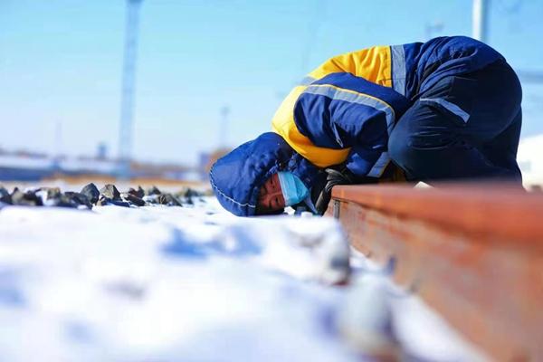 """寒风中步行2万余步的""""铁路卫士"""""""