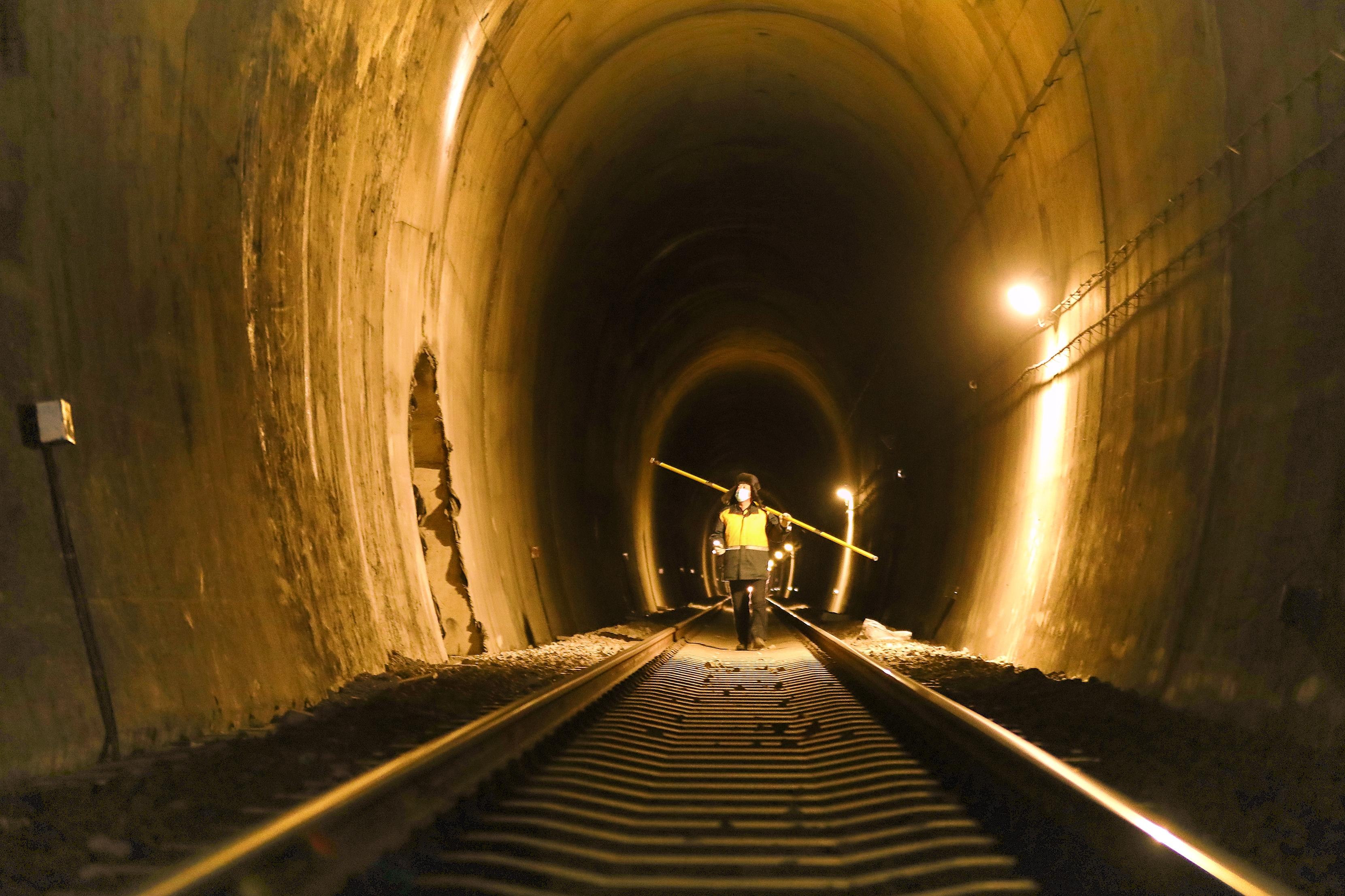 """铁路隧道里的""""啄木鸟"""""""