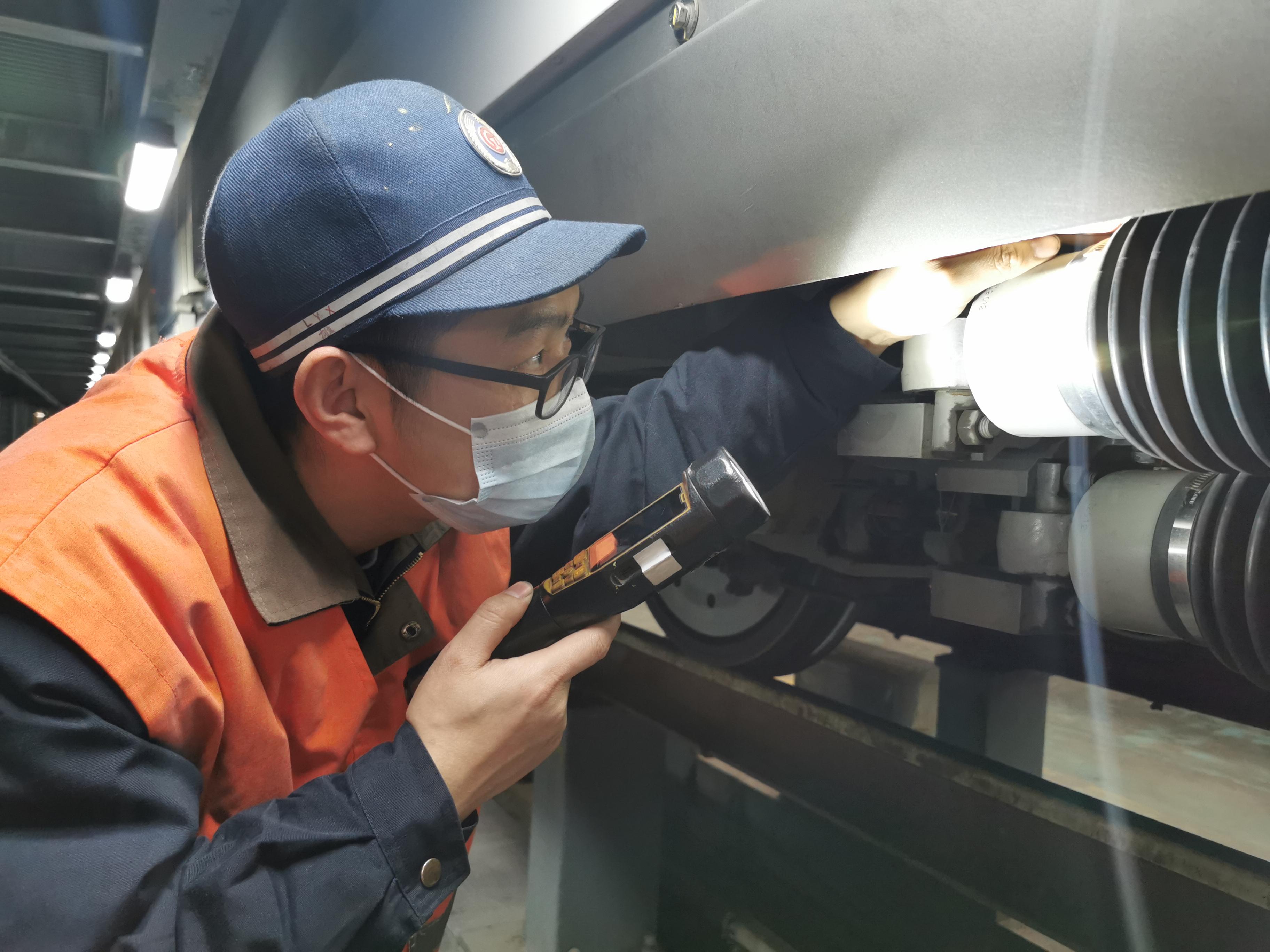 图2为刘益雄在检查CRH380A型动车组抗蛇形油压减震器状态。.jpg