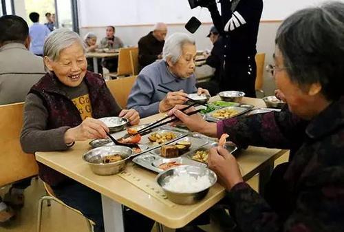 """郭树清:养老金融改革发展总方针是""""两条腿""""走路"""