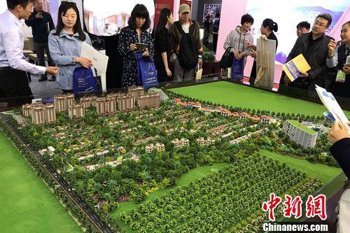 民众在2017年北京春季房展会上的某楼盘展台咨询。<a target='_blank' href='http://www.chinanews.com/' _fcksavedurl='http://www.chinanews.com/' ></p></table>中新网</a><p>  程春雨 摄