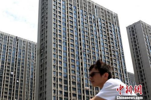 资料图:市民从南京一处楼盘前经过。<a target='_blank' href='http://www.chinanews.com/' _fcksavedurl='http://www.chinanews.com/'></p></table>中新社</a><p>  记者 泱波 摄