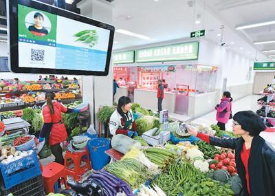 2017年11月29日,在安徽合肥瑶海区胜利智能农贸市场,市民在扫码支付。<p align=