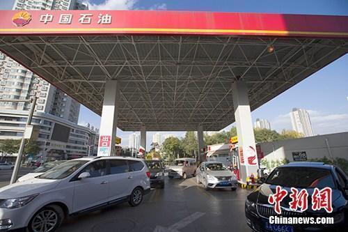 资料图:车辆正在加油站加油。<a target='_blank' href='http://www.chinanews.com/' _fcksavedurl='http://www.chinanews.com/'>中新社</a>记者 张云 摄