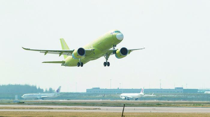 C919大型客机105架机完成首次试验飞行.jpg