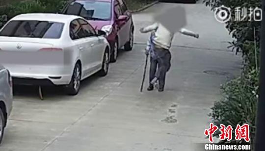 图为:男子一脚踢飞老人。 视频截图 摄