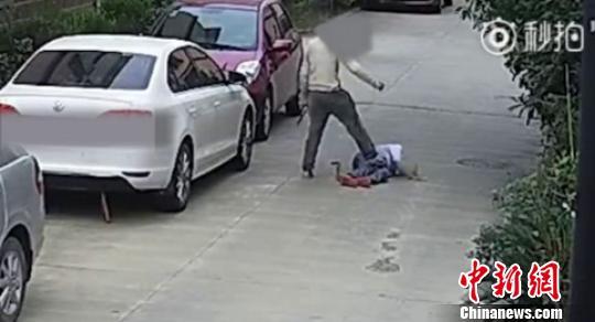 图为:男子继续用脚蹬踏倒地老人。 视频截图 摄