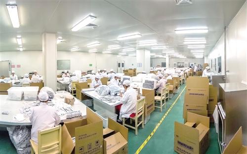 乐普/上图10月25日,河南项城乐普药业公司的工人在生产线上作业。