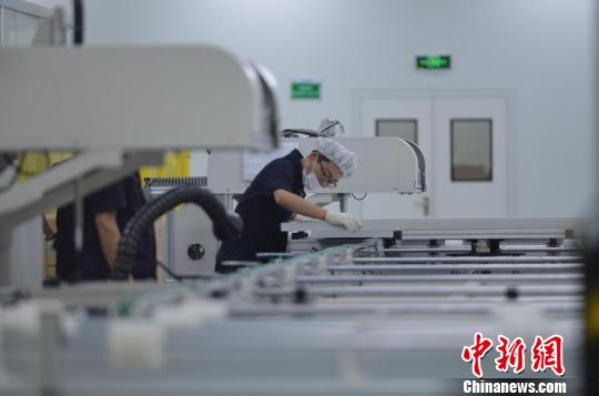 杭州一实体企业生产车间。 张茵 摄