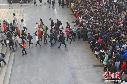 资料图:11月27日,山西太原一公务员考点,考生排队准备进入国考考场。武俊杰 摄