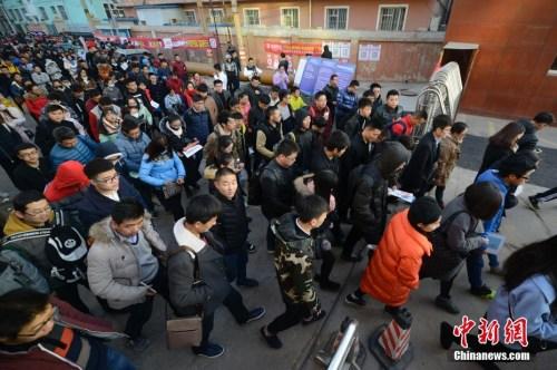 资料图:11月27日,山西太原,参加2017年国家公务员考试的考生们陆续进入考场。<a target='_blank' href='http://www.chinanews.com/' _fcksavedurl='http://www.chinanews.com/'></table>中新社</a>记者 韦亮 摄
