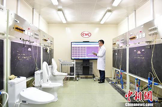 15日,检测机构专业人士演示检测智能马桶盖各项性能。 陈骥�F 摄