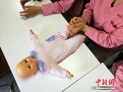 图为月嫂培训中使用的婴儿模型。<a target='_blank' href='http://www.chinanews.com/' _fcksavedurl='http://www.chinanews.com/' ></table>中新网</a> 李卿 摄