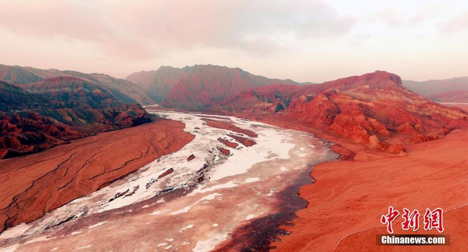 航拍新疆天山托木尔大峡谷冬景