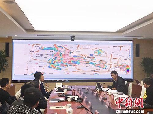 天津市环保局工作人员演示大气污染防治网格化综合信息平台。汤琪 摄