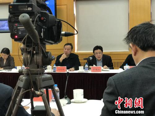 北京市环保局机动车处处长李昆生介绍机动车污染防治工作情况