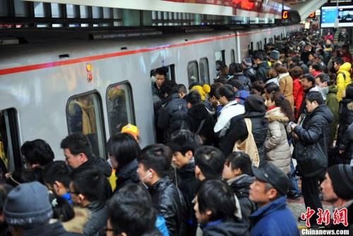 资料图:图为北京地铁四惠站早高峰人潮。<a target='_blank' href='http://www.chinanews.com/' _fcksavedurl='http://www.chinanews.com/' ></table>中新网</a>记者 金硕 摄