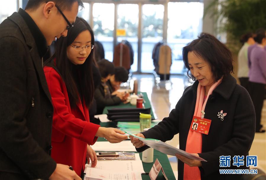 (两会)(1)参加全国政协十二届五次会议的委员陆续抵达驻地