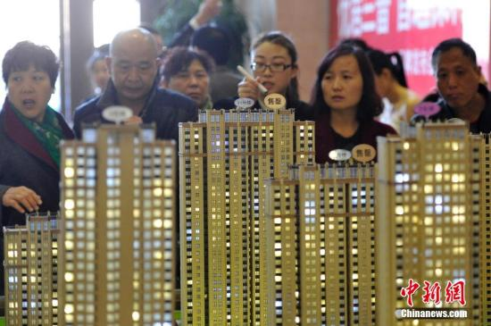 材料图:民群选购商品房。 </table>中新社记者 韦明 摄