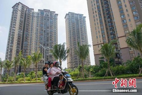 资料图:市民在海口市区某地产项目前路过。 <a target='_blank' href='http://www.chinanews.com/' _fcksavedurl='http://www.chinanews.com/'></p></table>中新社</a><p>  记者 骆云飞 摄