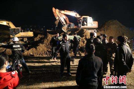 公安、消防、卫生等多部门先后赶赴现场,并调集多辆挖掘机、推土机参与现场救援。