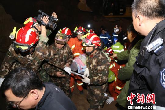 4月4日3时5分,男童被拉出井口,紧急送往医院就诊。
