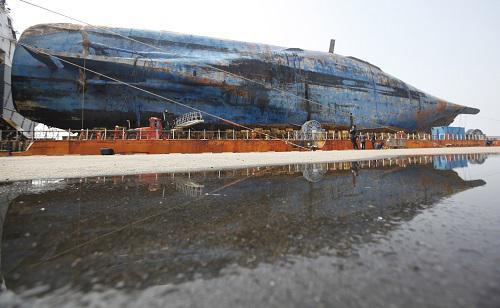 3月31日,韩国世越号沉船停靠在木浦新港。新华社记者姚琪琳摄