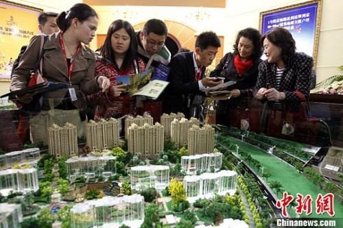 资料图:购房人在楼盘看沙盘并咨询售楼工作人员。<a target='_blank' href='http://www.chinanews.com/' _fcksavedurl='http://www.chinanews.com/'></table>中新社</a>发 汤彦俊 摄