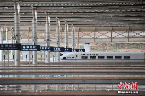 """1月3日,等待上客的列车。当日,沪昆客专、云桂铁路全线开通运营一星期,截至目前,昆明铁路局发送旅客突破10万人。2016年12月28日,沪昆客专、云桂铁路全线开通运营,云南自此正式步入""""高铁时代""""。<a target='_blank' href='http://www.chinanews.com/' _fcksavedurl='http://www.chinanews.com/'></table>中新社</a>记者 刘冉阳 摄"""