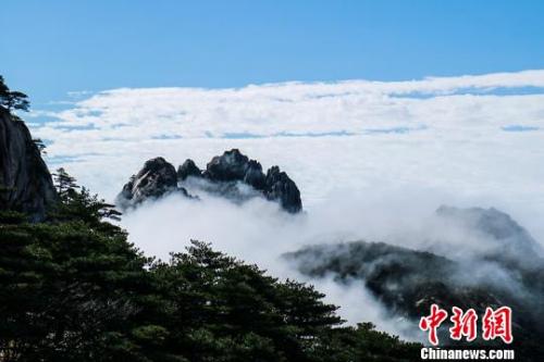 9日,安徽黄山风景区经过昨夜雷雨天气的洗礼,云海、佛光等壮丽风景展现在游客们的眼前。 李金刚 摄
