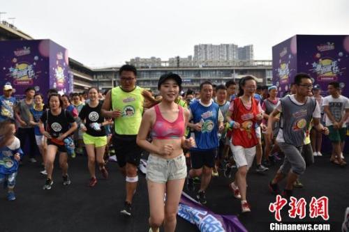 资料图:成都数百名跑步爱好者参与公益跑。