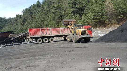 图为煤场违规作业。 高庆国 摄