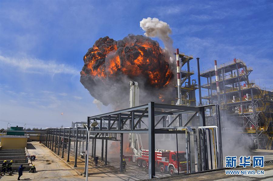 #(社会)(1)甘肃举行石油化工灾害事故跨区域灭火救援演练