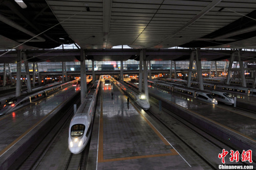资料图。图为北京南站站台内的动车整装待发。<a target='_blank' href='http://www.chinanews.com/' _fcksavedurl='http://www.chinanews.com/' ></table>中新网</a>记者 张龙云 摄