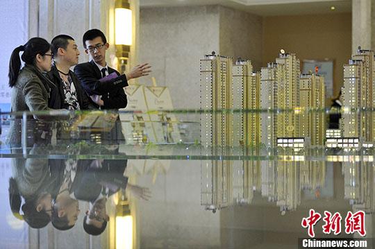 资料图:山西太原,置业顾问向民众推荐商品房户型。 <a target='_blank'  _fcksavedurl='http://www.chinanews.com/'></table>中新社</a>记者 韦亮 摄