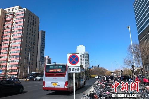 北京西直门大街附近的公交车站。<a target='_blank' href='http://www.chinanews.com/' _fcksavedurl='http://www.chinanews.com/' ></table>中新网</a> 种卿 摄