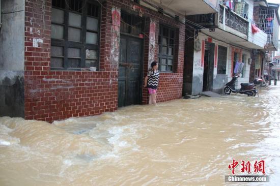 6月6日,受灾街道成河流。邓和明 摄