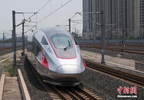 """北京南站始发的""""复兴号""""列车途经济南西站。 <a target='_blank' href='http://www.chinanews.com/' _fcksavedurl='http://www.chinanews.com/'></table><p  align="""