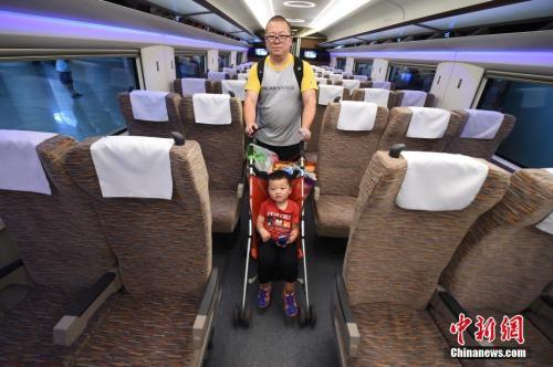 "CR400AF型""复兴号""列车的二等座车厢。 <a target='_blank' href='http://www.chinanews.com/' _fcksavedurl='http://www.chinanews.com/'></table><p  align="