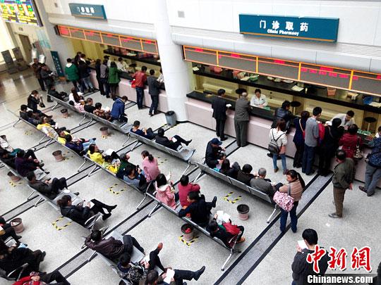 市民在医院等候领取药品(资料图)。<a target='_blank' href='http://www.chinanews.com/' _fcksavedurl='http://www.chinanews.com/'></p></table>中新社</a><p>  发 张斌 摄